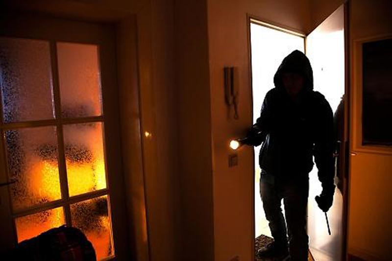 ladri in casa di notte